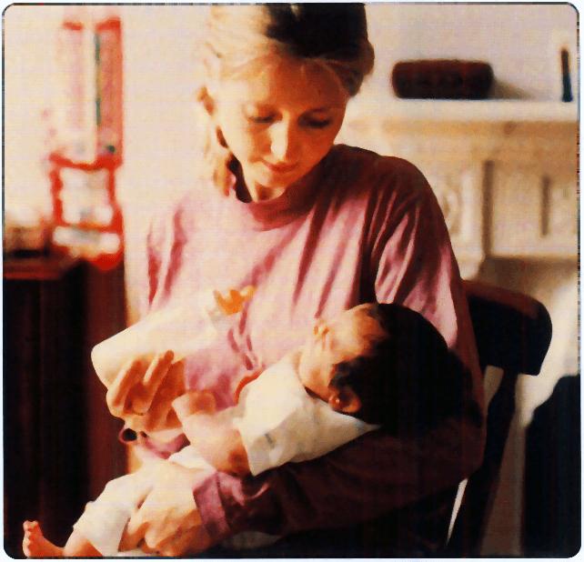madre dando el biberón a un bebé