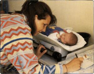 tomando peso a bebé