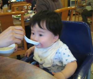salut-infantil-17b-bebe-comiendo-papilla