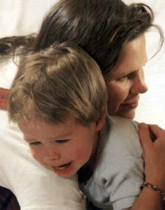 Niño con fiebre llorando