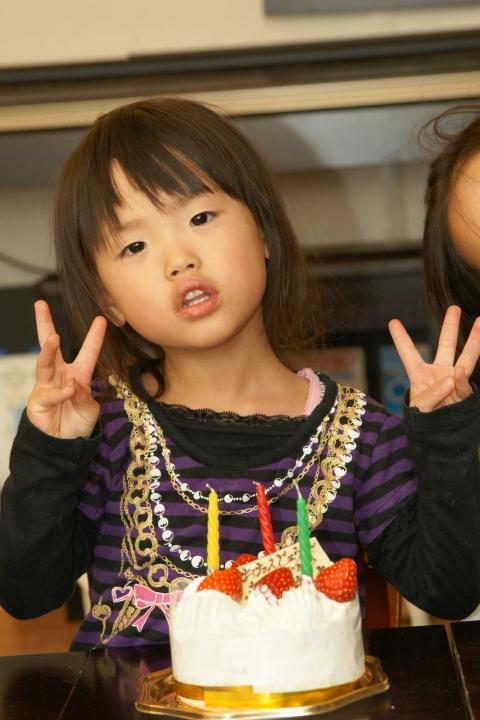 Niña o niño de tres años y su cumpleaños