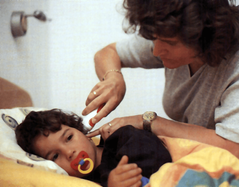Comprobando la fiebre a un niño