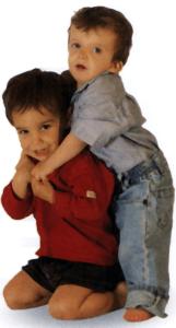 Niño de dos años con su hermano
