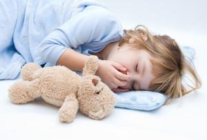 Niña durmiendo con osito